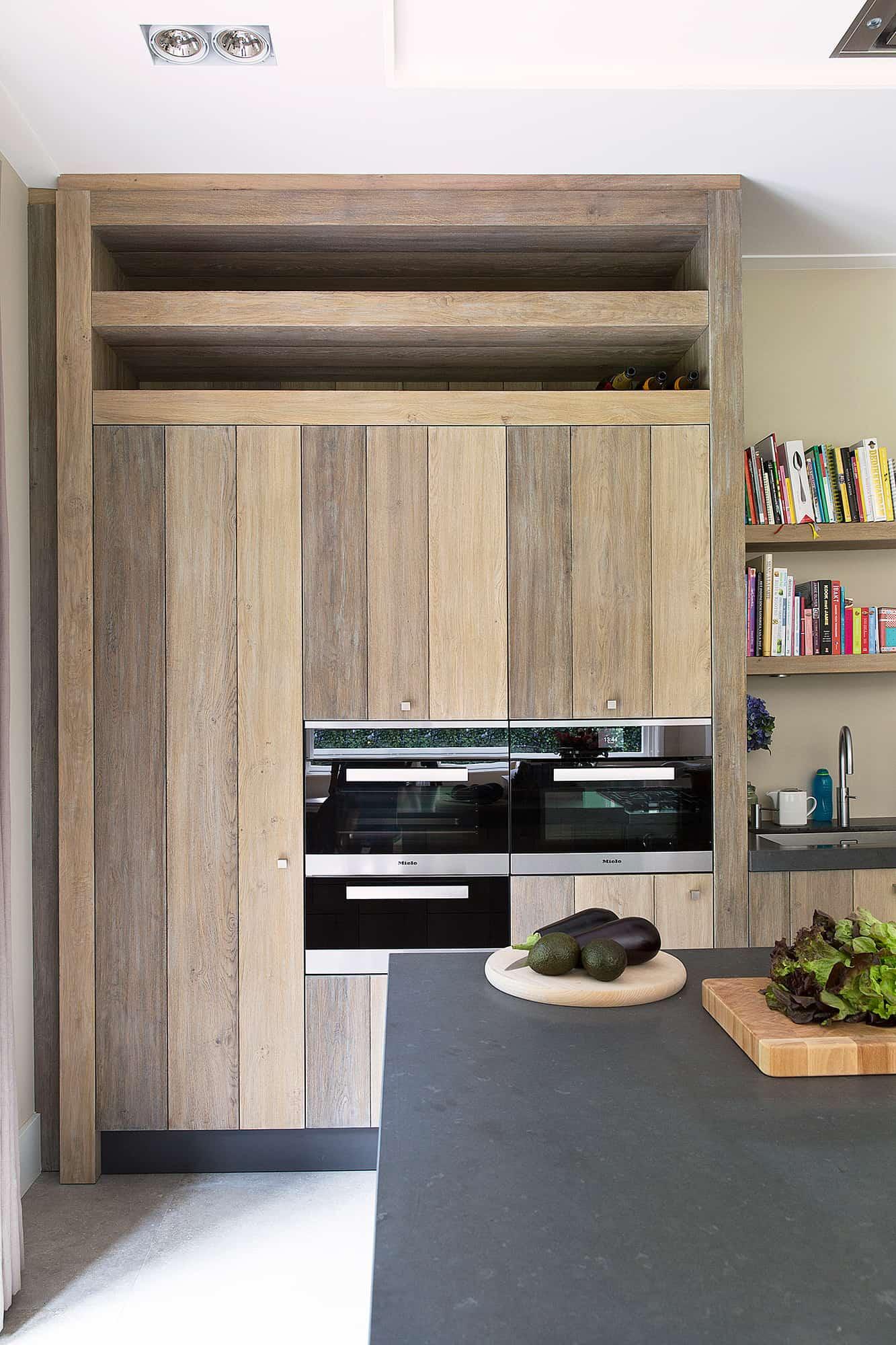 Hoge houten keukenkast