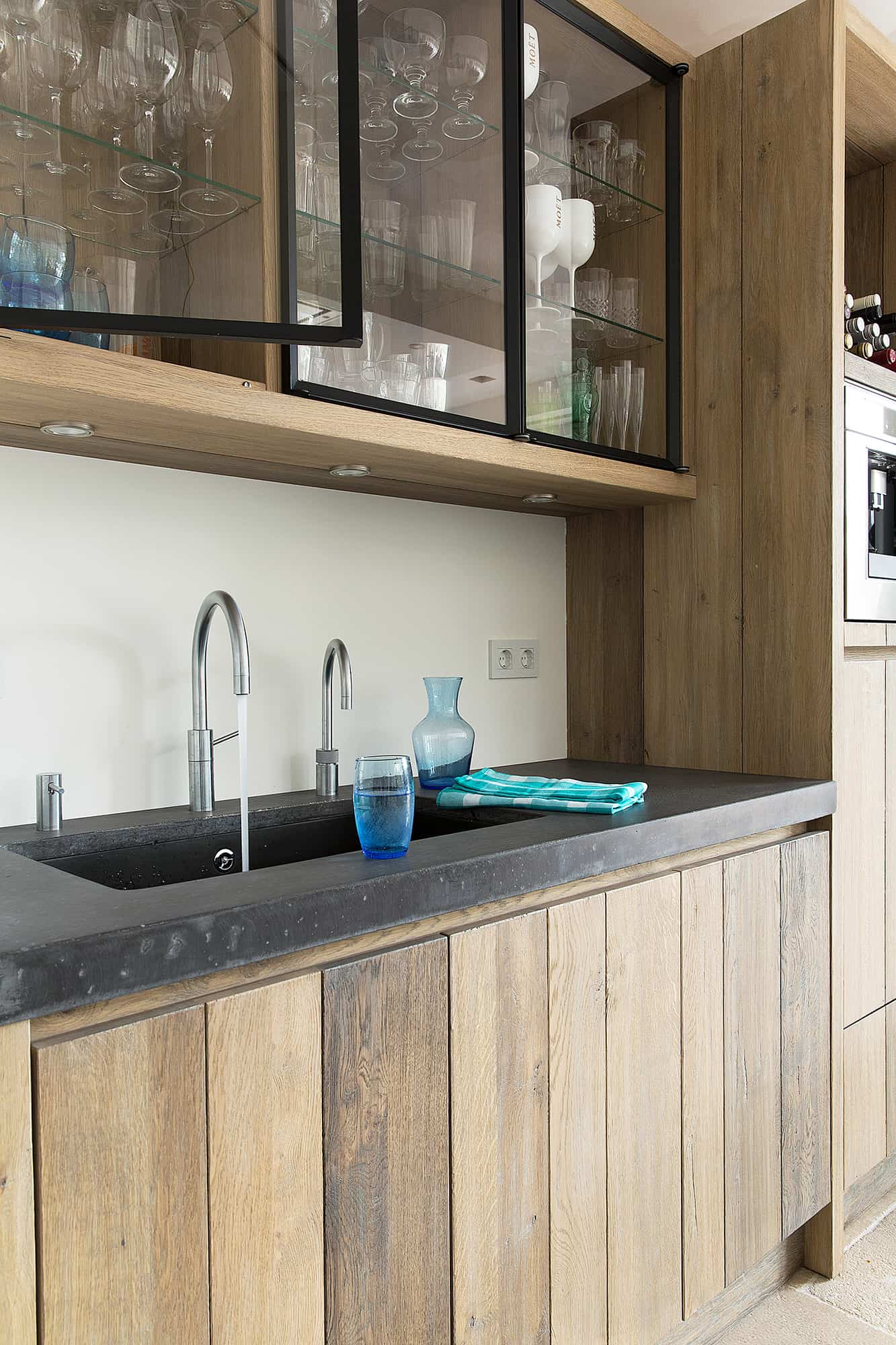 Houten keuken betonnen aanrecht