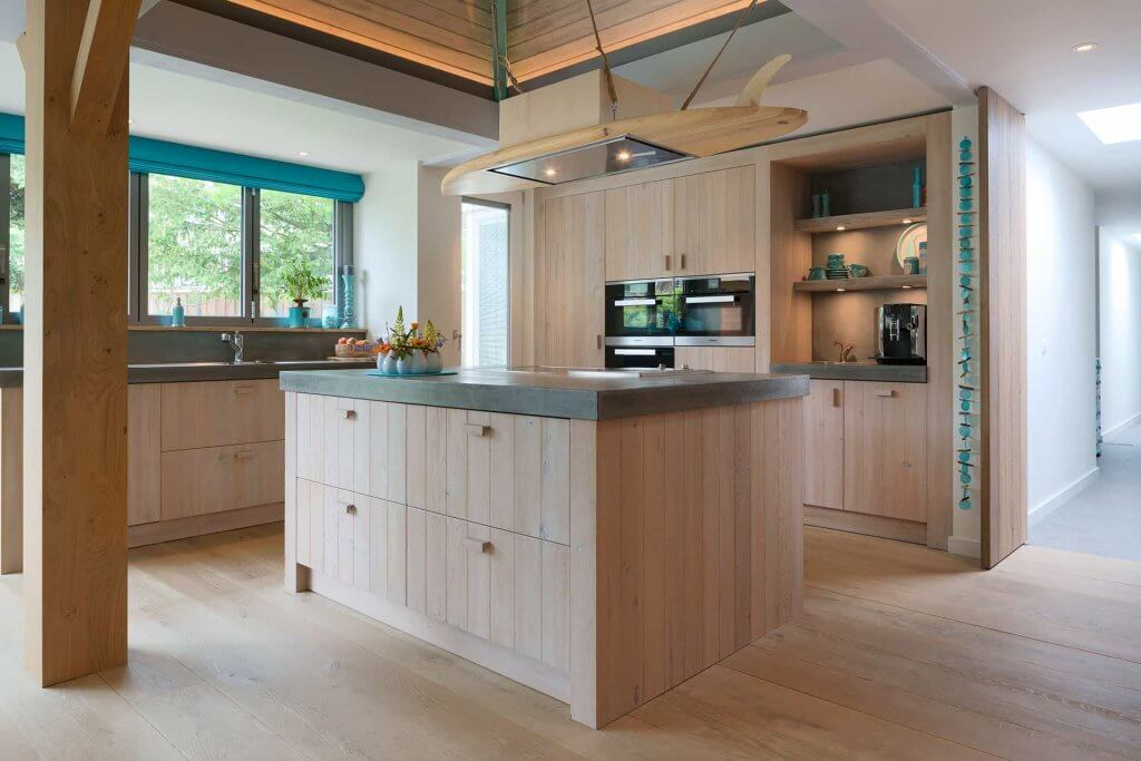 Houten keuken eiland met betond